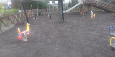 Plac zabaw przy SP w Łaźcu został doposażony o nowe urządzenia