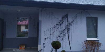 Po wstrzymaniu budowy oczyszczalni ścieków w Hutkach, ktoś oblał dom sołtysa śmierdzącą farbą!